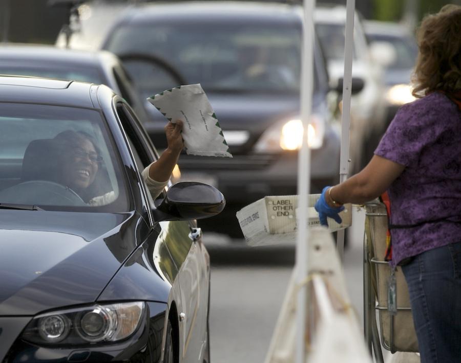 加州纳税人在邮局前递交所得税表(照片:美联社)
