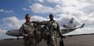 陆军军牧托马斯·沃森上尉(左)和特种兵蒂莫西·吉尔伯特从伊拉克战场回到佐治亚州萨凡纳的军事基地(照片:国防部)