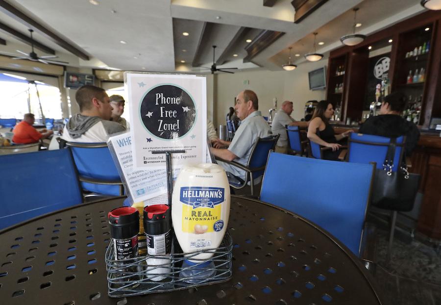 佛罗里达一家餐馆的无手机区域(照片:美联社)