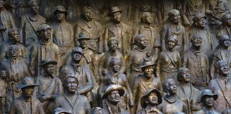De nombreuses statues représentant une foule (© Acritely_Photo/Alamy Stock Photo)