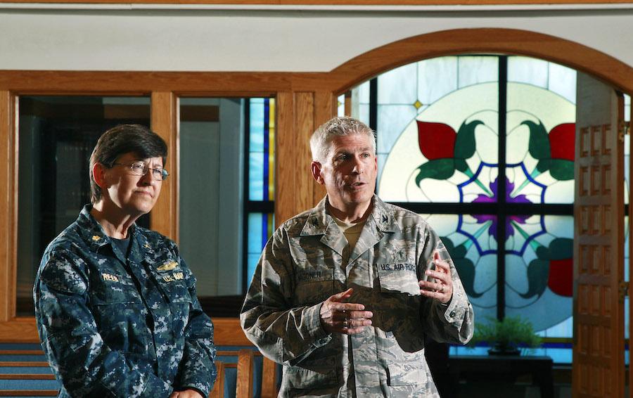 海军军牧凯·里布(左)与空军军牧蒂莫西·瓦格纳上校在新泽西州空军基地教堂内合影(照片:美联社)