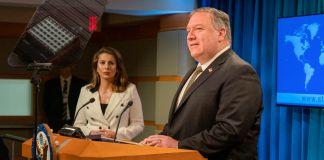Michael R. Pompeo no púlpito e mulher em pé próxima a ele (Depto. de Estado/Ron Przysucha)