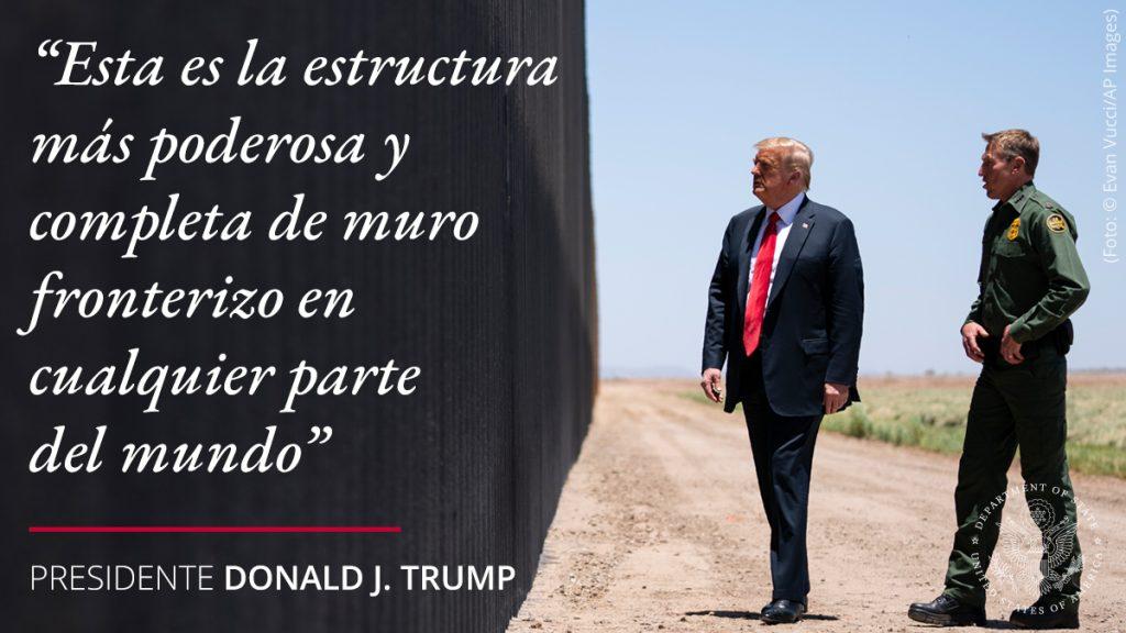El presidente Trump y hombres uniformados ante un muro con una cita superpuesta que dice 'Esta es la estructura más poderosa y completa de muro fronterizo en cualquier parte del mundo' (Depto. de Estado/S. Gemeny Wilkinson)