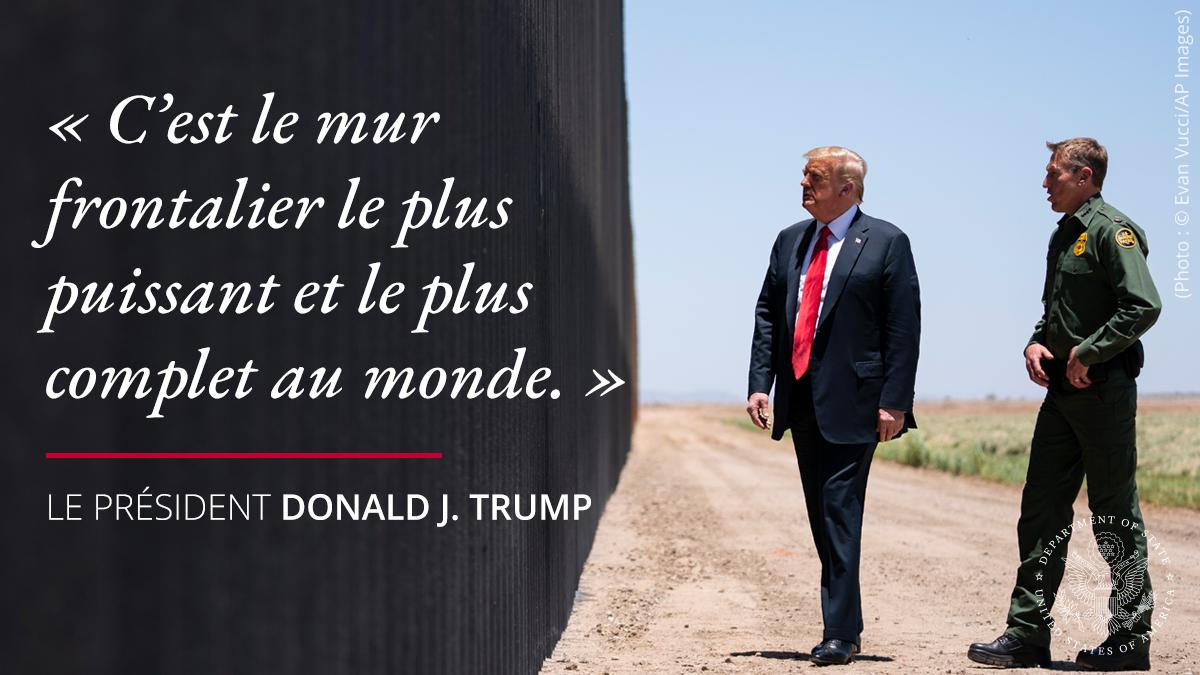 Le président Trump et un homme en uniforme devant le mur, avec une citation à gauche : « C'est le mur le plus puissant et le plus complet au monde. » (Département d'État/S. Gemeny Wilkinson)