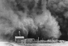 عکس تاریخی از توفان گرد و غبار که به یک ساختمان نزدیک می شود. (© AP Images)