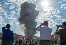 Orang-orang menonton asap membumbung (© Bill Ingalls/NASA/AP Images)