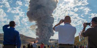 People watching plume of smoke (© Bill Ingalls/NASA/AP Images)