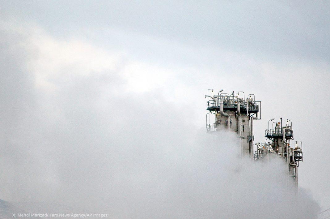 Nuvens de vapor ao redor de chaminés de fábricas (© Mehdi Marizad/Agência de Notícias Fars/AP Images)