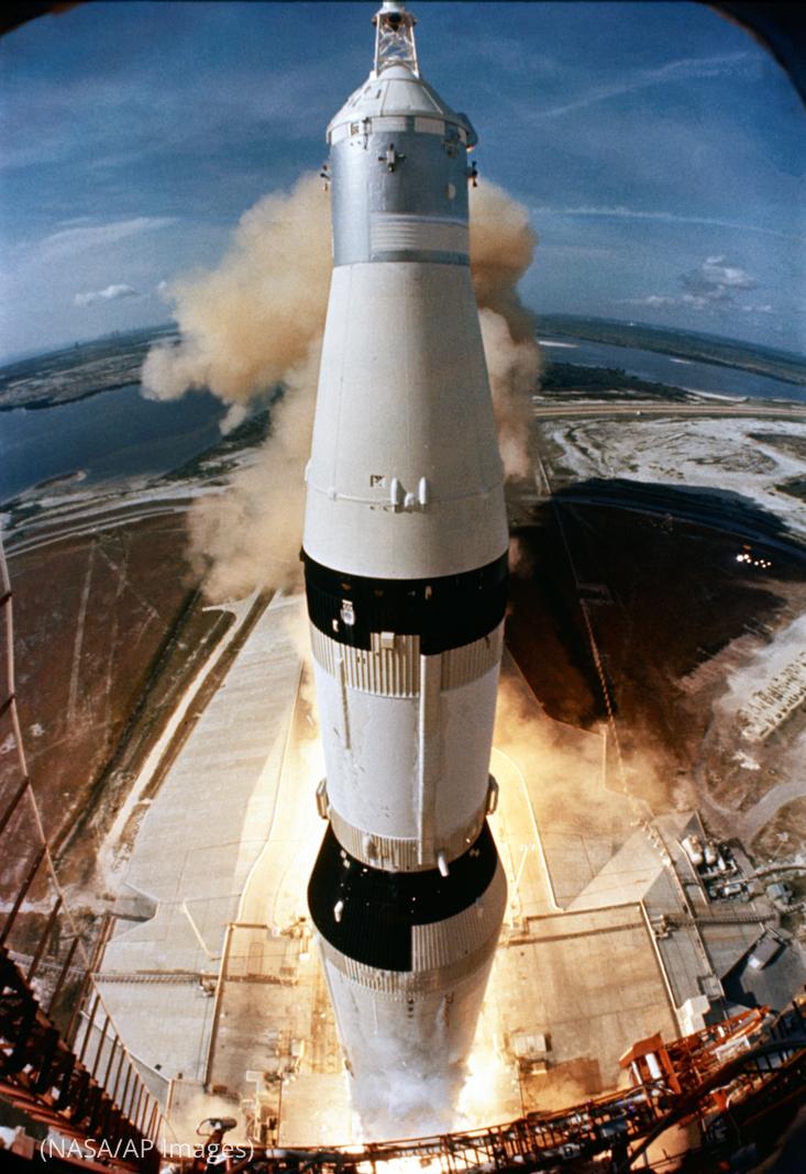 Un cohete despega de una plataforma de lanzamiento en medio de humo y llamas (NASA/AP Images)