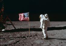 Buzz Aldrin en tenue de cosmonaute, sur la Lune, debout à côté du drapeau des États-Unis (Neil Armstrong/NASA/AP Images)