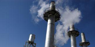 De la vapeur s'échappant des tours de refroidissement à l'installation nucléaire d'Arak pour la production d'eau lourde (© AP Images)
