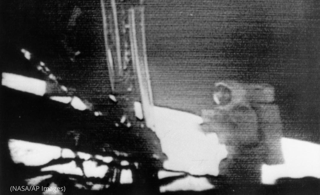 Imagen borrosa de Neil Armstrong caminando en la superficie lunar (NASA/AP Images)