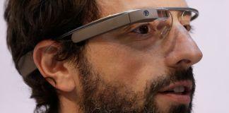 Homem com óculos de alta tecnologia (© Jeff Chiu/AP Images)