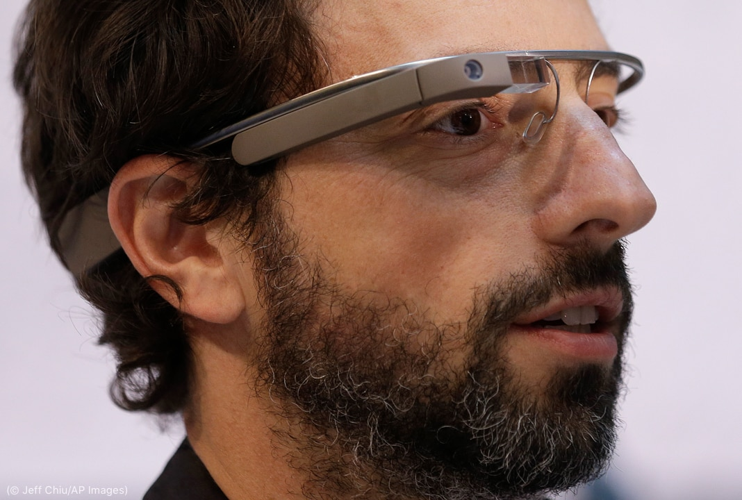 Man wearing high-tech glasses (© Jeff Chiu/AP Images)