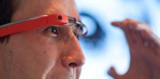 Un homme portant des lunettes haute technologie (© Nicholas Kamm/AFP/Getty Images)