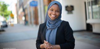 Une femme portant le voile islamique en bleu, et posant pour une photo (© Michele Stapleton)