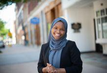 Safiya Khalid, dengan memakai hijab biru, berpose di depan kamera (© Michele Stapleton)