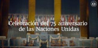 Fotografía de escenario con banderas y texto superpuesto que dice 'Celebración del 75 aniversario de las Naciones Unidas'