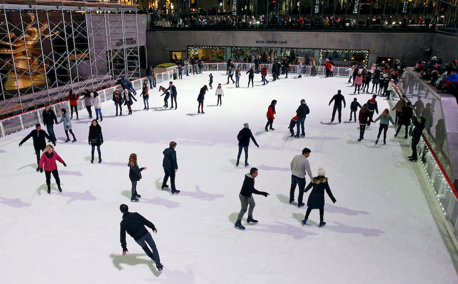 民众在纽约洛克菲勒中心溜冰场上溜冰(照片:美联社)