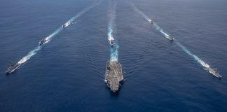 سمندر میں ایک ترتیب سے چلتے ہوئے جنگی بحری جہاز (U.S. Navy/Mass Communication Specialist 2nd Class Donald R. White Jr.)
