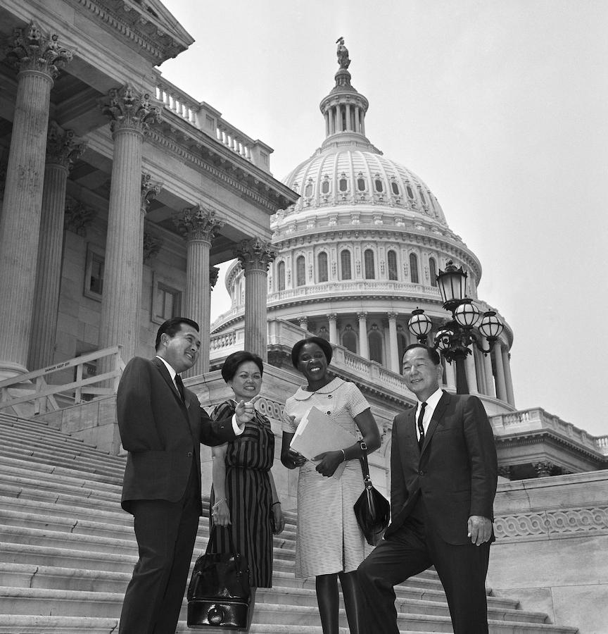 1966年来自夏威夷的3位日裔国会议员(左一为丹尼尔•井上、左二为竹本松、右一为松永正幸)在国会前合影(照片:美联社)