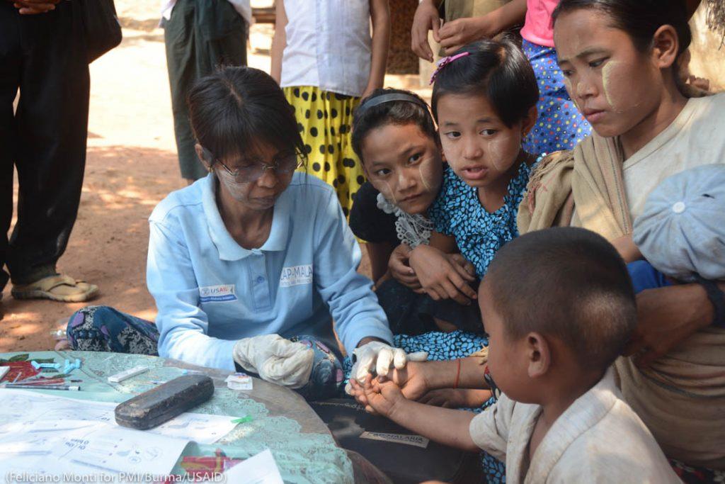 Медсестра берет кровь у ребенка (Feliciano Monti/PMI Burma/USAID)