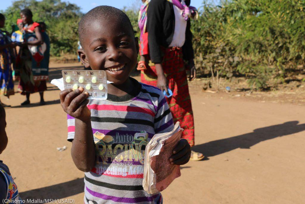 Ребенок с лекарством в руках (Chisomo Mdalla/MSH/USAID)