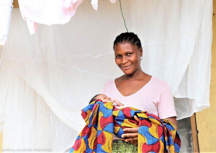 Женщина с разноцветной тканью в руках