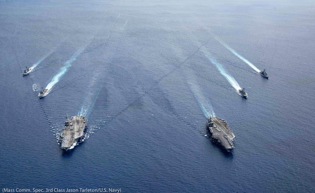 Navios em movimento em alto-mar (Marinha dos EUA/Especialista em Comunicação de Massa de 3ª classe Jason Tarleton)