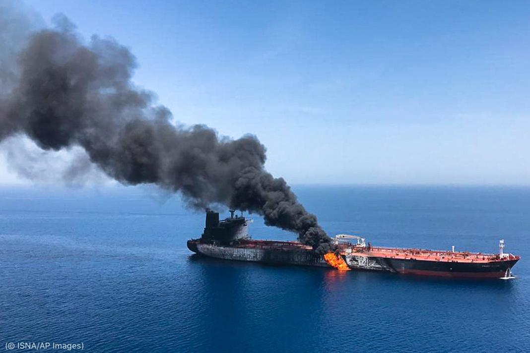Fumaça subindo de navio petroleiro no mar (© ISNA/AP Images)