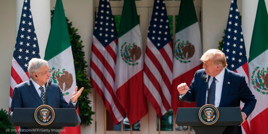 El presidente Trump y el presidente de México Andrés Manuel López Obrador de pie tras atriles frente a una hilera de banderas (© Jim Watson/AFP/Getty Images)