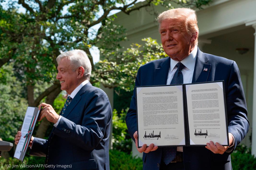 El presidente Trump y el presidente de México Andrés Manuel López Obrador sostienen documentos firmados (© Jim Watson/AFP/Getty Images)