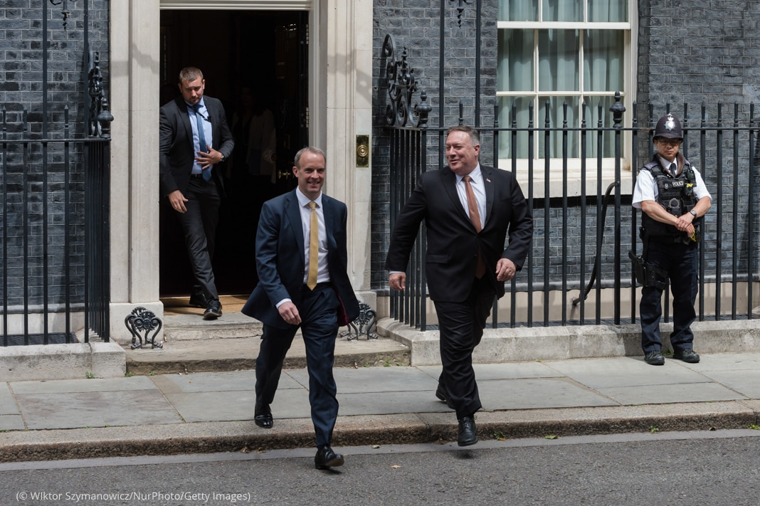 Dominic Raab and Michael R. Pompeo walking from building into street (© Wiktor Szymanowicz/NurPhoto/Getty Images)