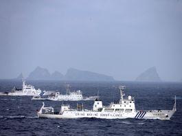 三艘舰只在岛屿附近(© The Asahi Shimbun/Getty Images)