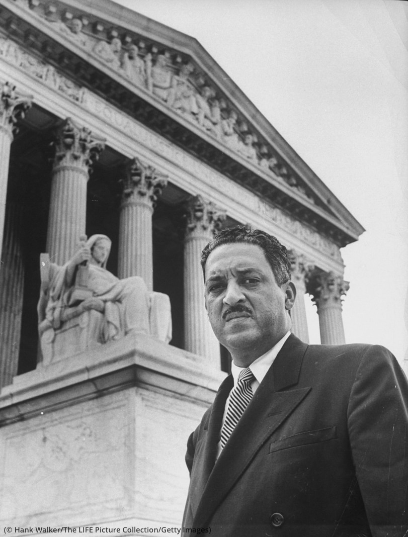 Thurgood Marshall frente a un edificio de estilo clásico (© Hank Walker/The LIFE Picture Collection/Getty Images)