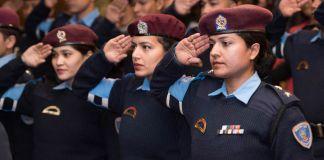 نیپال کی عورتوں کی پولیس کی اراکین سلیوٹ کر رہی ہیں (State Dept.)