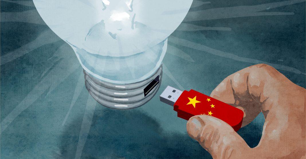 Иллюстрация, на которой изображена рука, вставляющая USB-флеш-накопитель с китайским флагом во включенную лампочку (State Dept./D. Thompson)