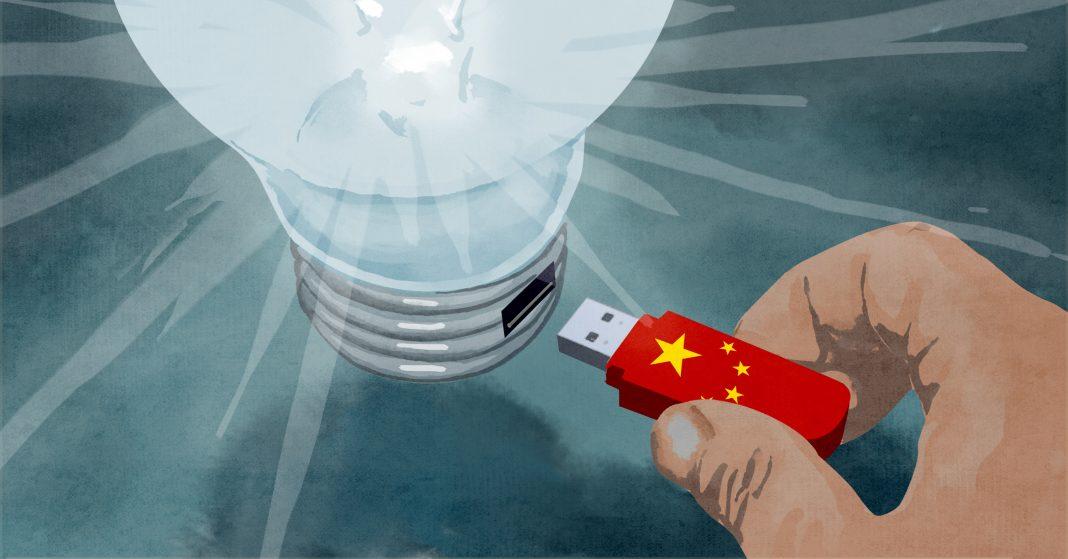 Ilustração de mão inserindo pen drive com desenho de bandeira chinesa em uma grande lâmpada acesa (Depto. de Estado/D. Thompson)
