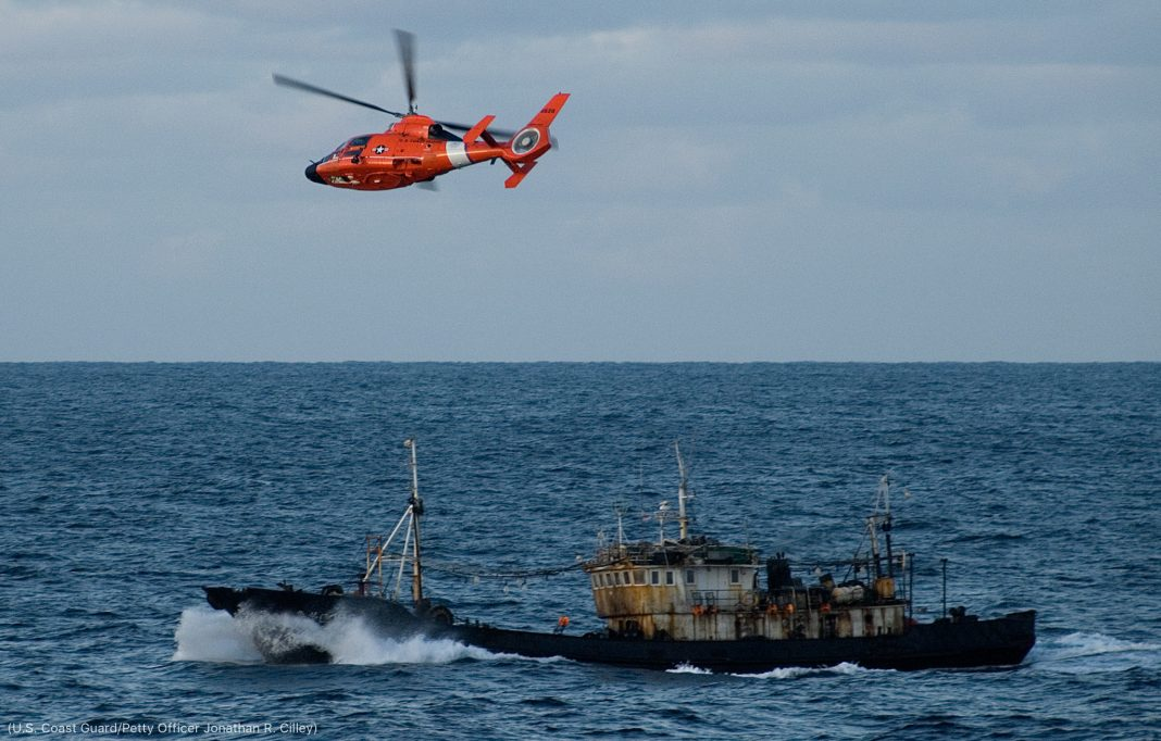 Helikopter USCG terbang di atas kapal penangkap ikan (U.S. Coast Guard/Petty Officer Jonathan R. Cilley)