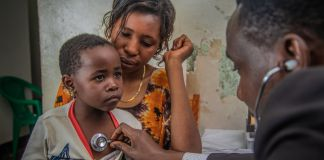 Doctor holding stethoscope to child's chest (USAID/Daniel Lanari)
