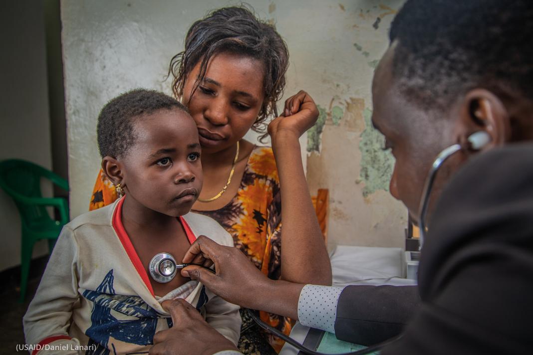 Un médecin auscultant une enfant (USAID/Daniel Lanari)