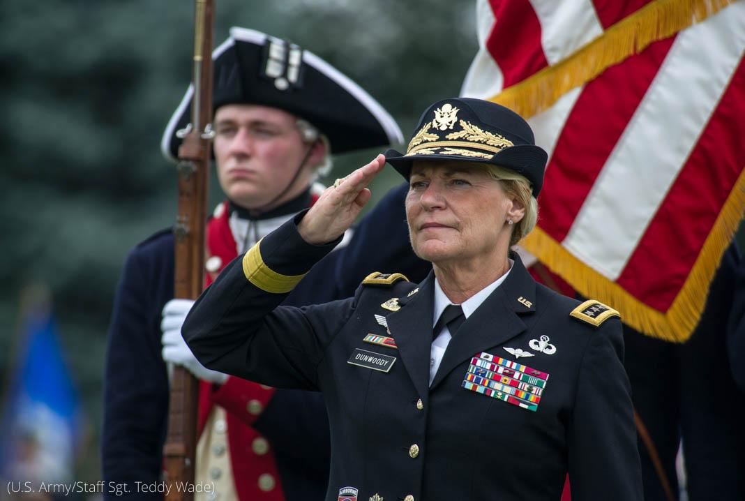 Une femme au grade de général dans l'armée de terre des États-Unis, faisant un salut militaire (U.S. Army/Staff Sgt. Teddy Wade)