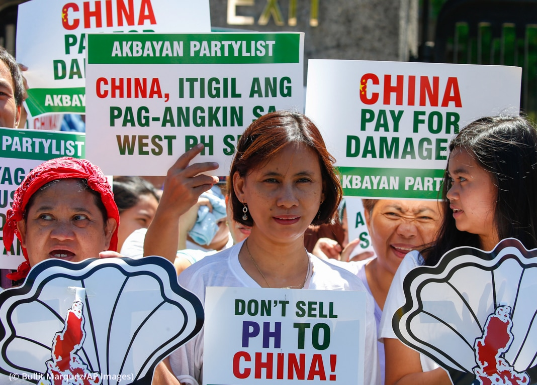 People holding up signs (© Bullit Marquez/AP Images)