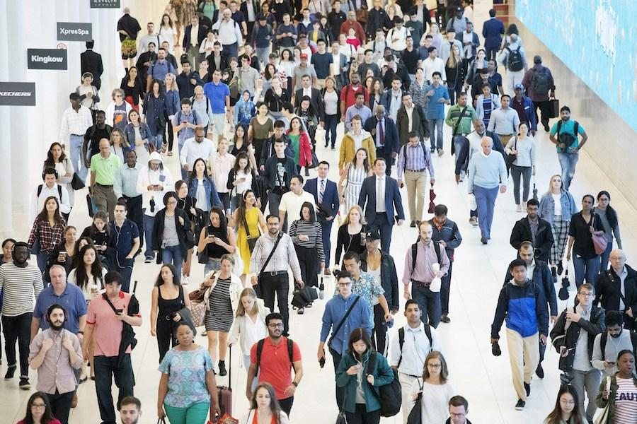 2019年6月的一天:纽约世贸中心交通枢纽站人群熙熙攘攘(照片:美联社)