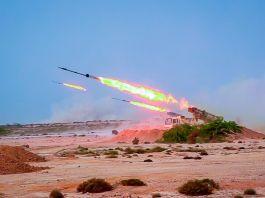 Mísseis sendo disparados no deserto, com rastros de chamas à direita (© Sepahnews/AP Images)