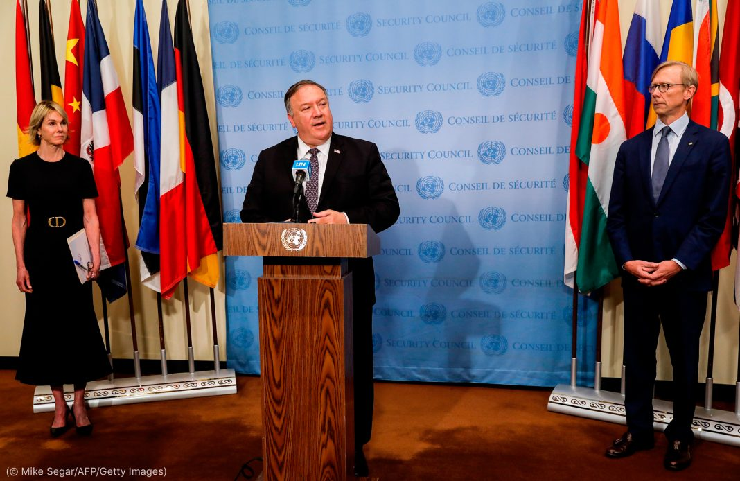 Michael R. Pompeo at lectern, flanked by two others (© Mike Segar/AFP/Getty Images)