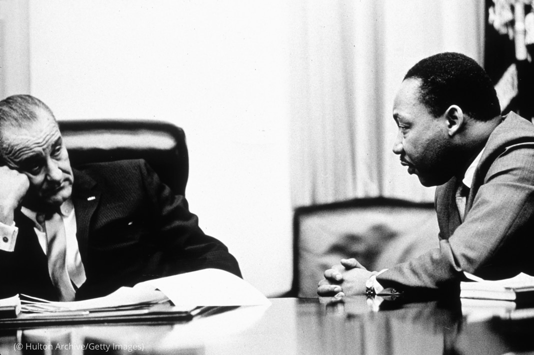Le président Johnson et Martin Luther King assis à une table, en train de discuter (© Hulton Archive/Getty Images)