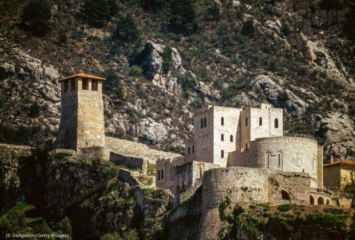 Citadel against mountainous landscape (© DeAgostini/Getty Images)