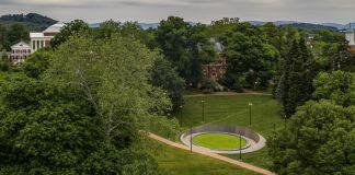 绿树葱葱的校园中的一座圆形纪念园(© Sanjay Michael Suchak/UVA Today)