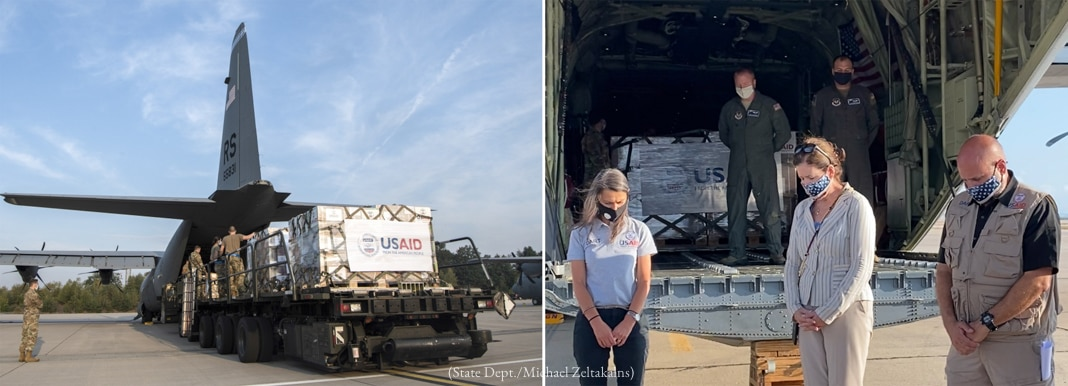 دو تصویریں: امدادی سامان لانے والا طیارہ ہوائی اڈے پر کھڑا ہے؛ لوگ امریکی امداد لانے والے طیارے کے سامنے سر جھکائے کھڑے ہیں (State Dept./Michael Zeltakalns)